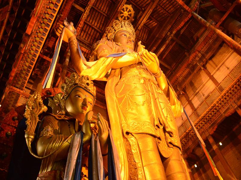 megjid-janraisag-buddha-statue-in-gandan-from-bottom-view